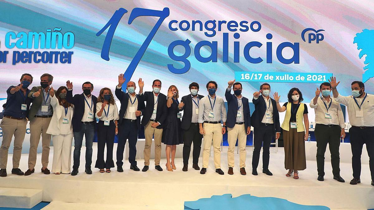 Feijóo, arropado por los presidentes autonómicos del PP, ayer en el congreso del PP gallego, en Santiago. |   // XOÁN ÁLVAREZ