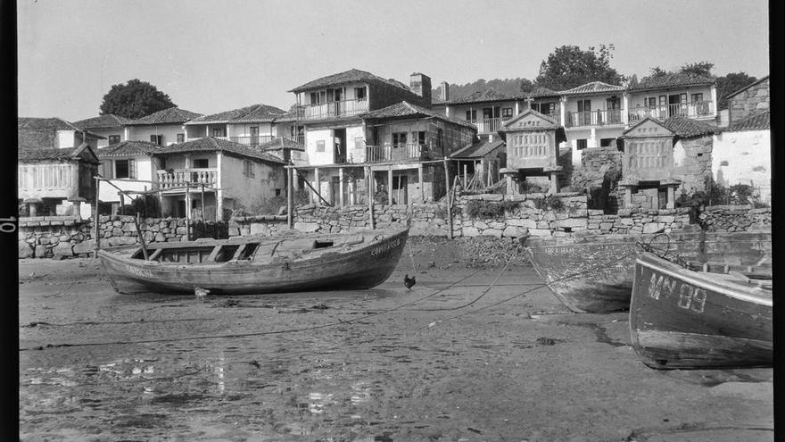 Un paseo histórico entre los hórreos de Combarro