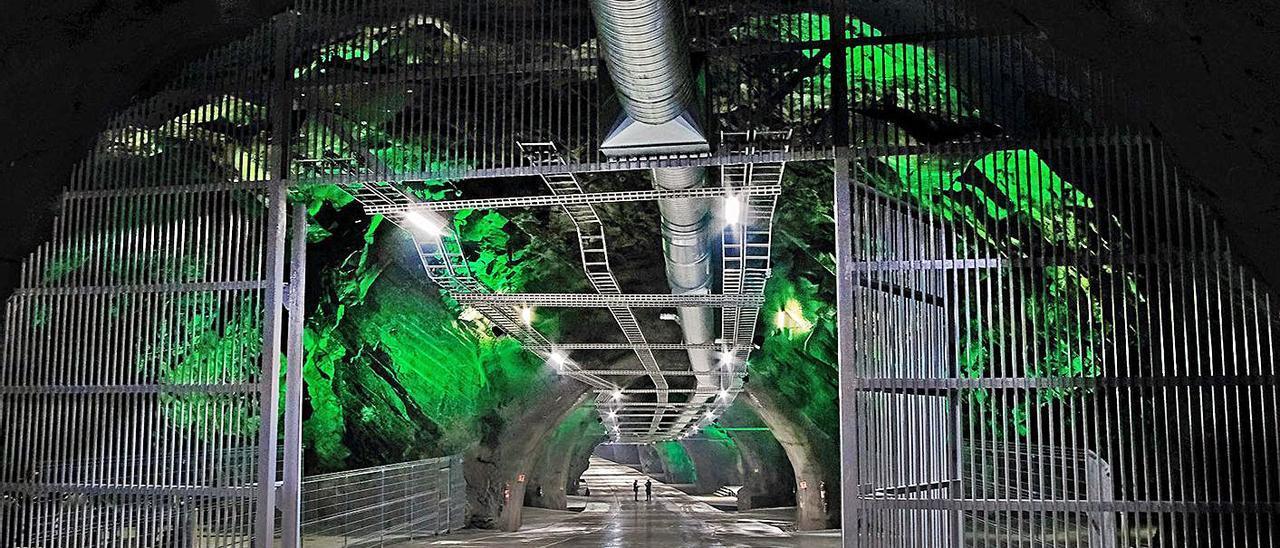 """Entrada de una mina noruega en la que se almacena """"big data""""."""