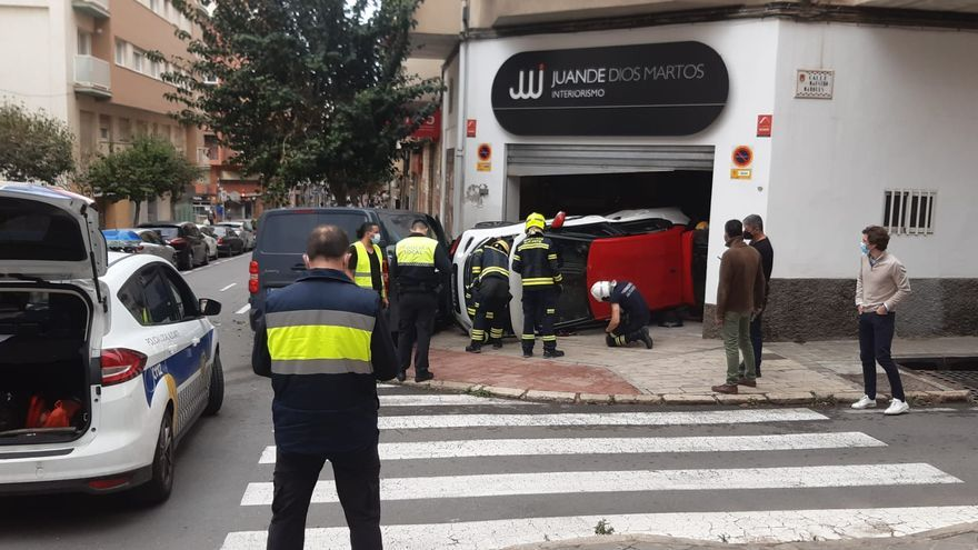 Un coche acaba empotrado en un local tras un accidente en Alicante