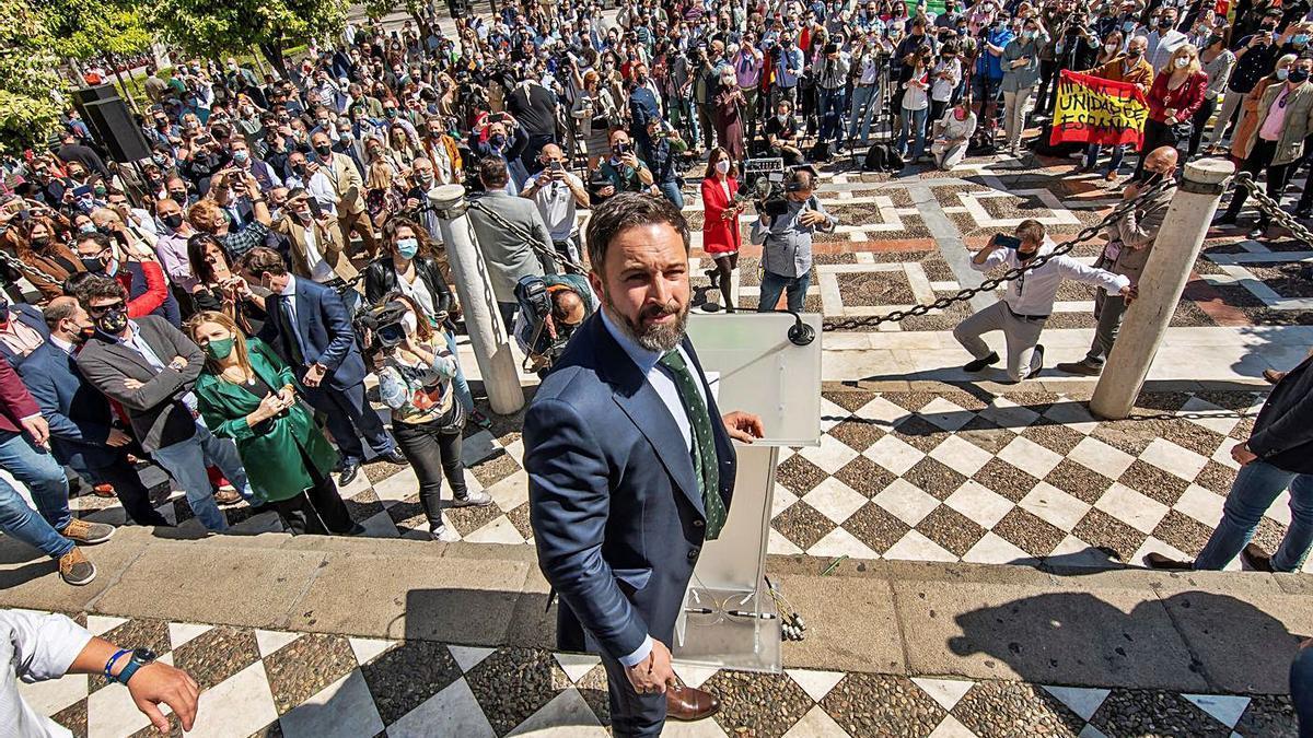Santiago Abascal, ayer, rodeado de seguidores en la Plaza Nueva de Sevilla.