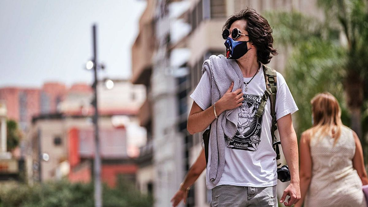 Un joven pasea por el centro de Santa Cruz  | | ANDRÉS GUTIÉRREZ