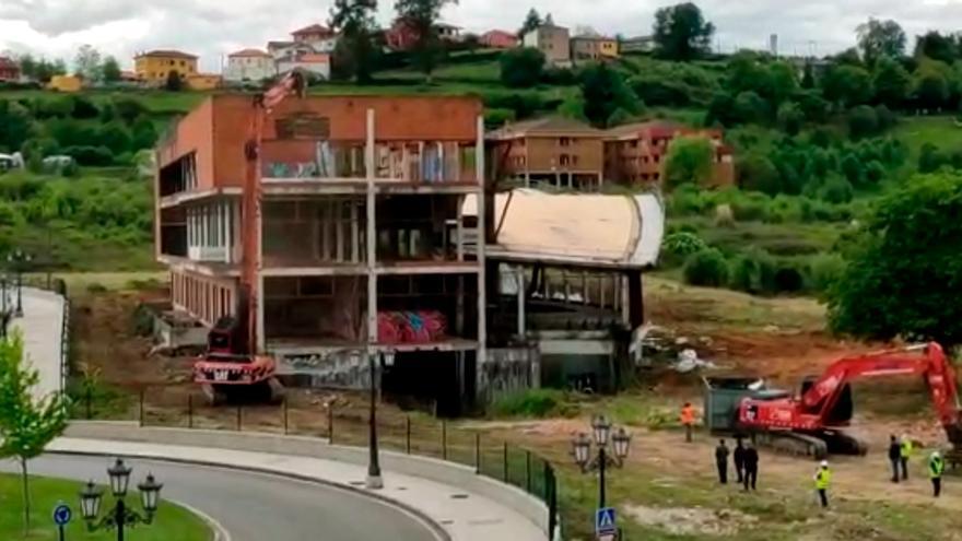 Inicio del derribo del spa del Naranco en Oviedo