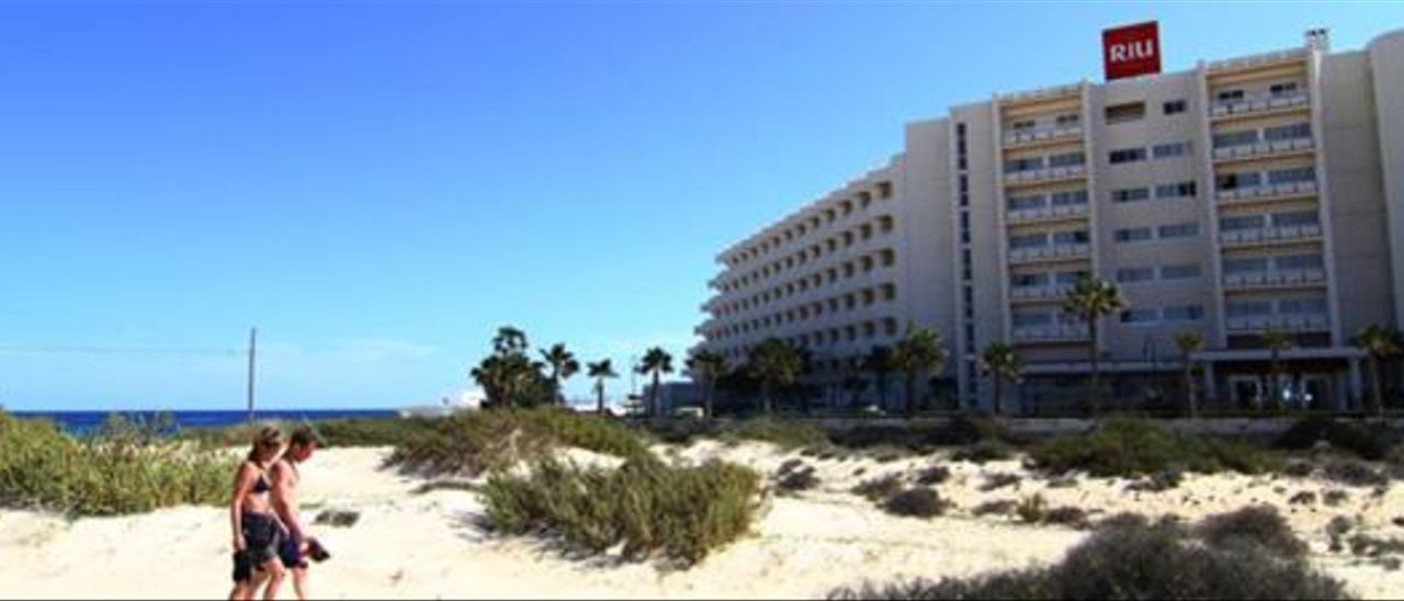 Imagen del hotel Oliva Beach, ubicado dentro del Parque Natural de las Dunas de Corralejo. LP/DLP