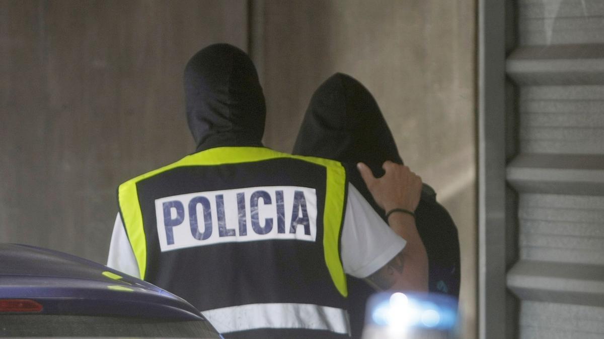 La Policía con uno de los detenidos por el crimen de Samuel.