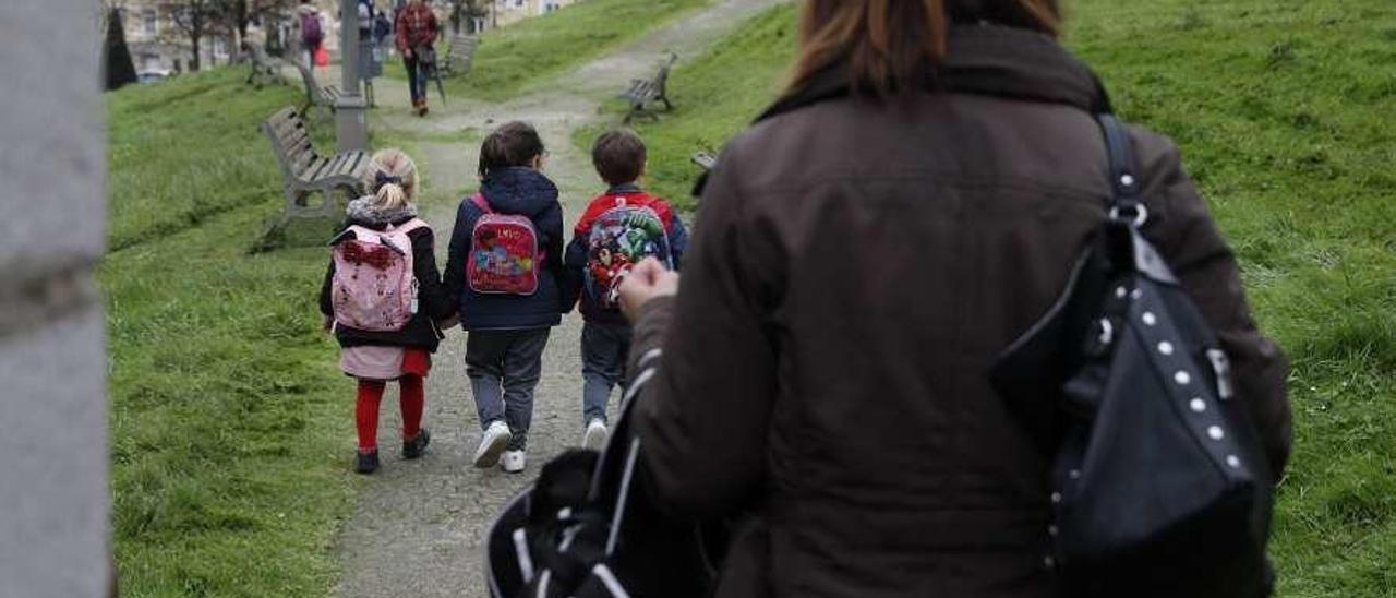 Alumnos de un colegio de Avilés a la salida de clase.
