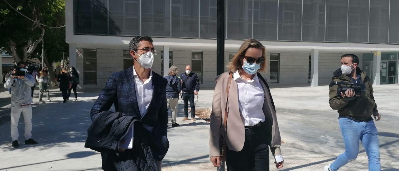 La conductora que golpeó el quad de Nieto sale del juzgado con su abogado.