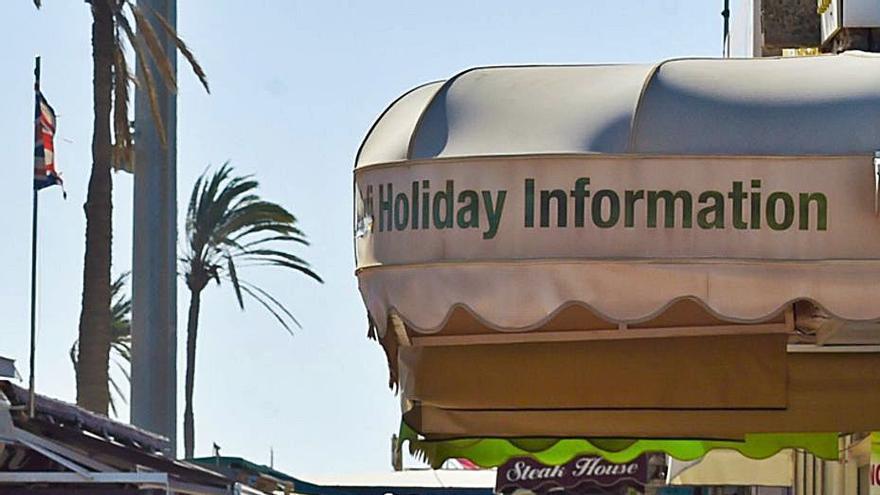 La debacle turística se lleva por delante 12 empresas canarias al día