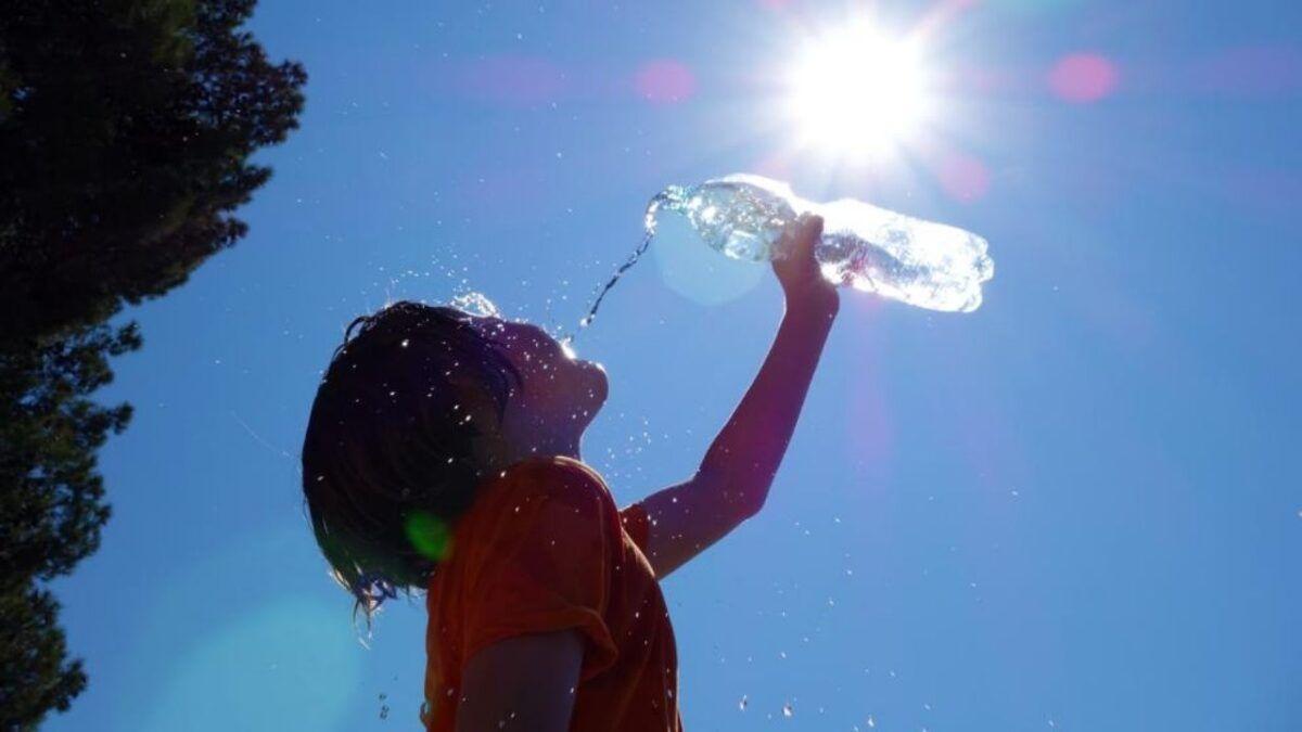 Una persona se refresca con agua ante las altas temperaturas.