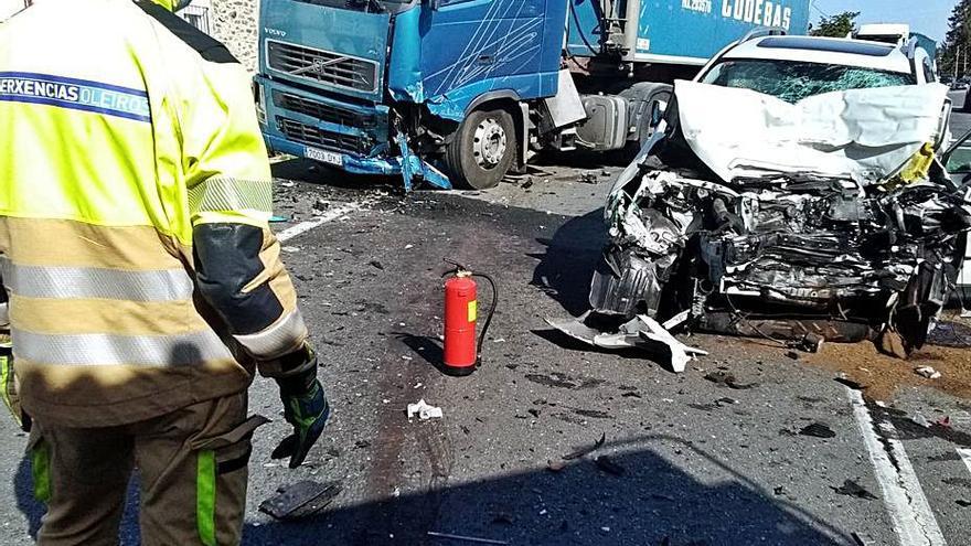 Un conductor fallece en un choque con un tráiler en la Nacional VI en O Carballo