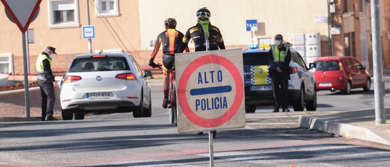 Un control de la Policía Local de Petrer en los accesos al municipio.