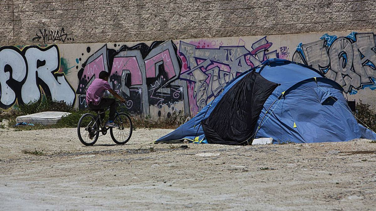 Tienda de campaña de una persona sin hogar en la avenida Doctor Jiménez Díaz.