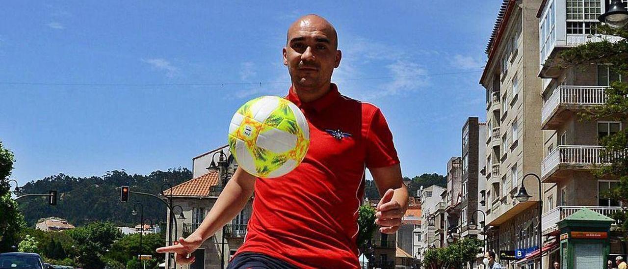 Iván Pérez, ayer, controlando un balón en el famoso paso de peatones de Cangas.