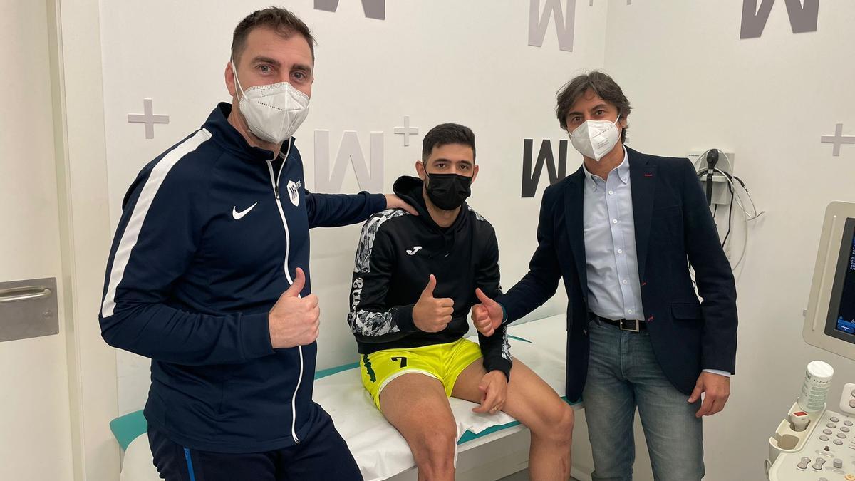 Felipe Valerio, en el centro, junto al fisioterapeuta Marco Martínez y al traumatólogo Francisco Martínez