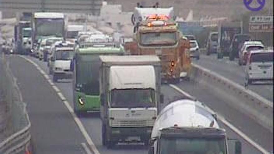 Un accidente provoca colas en la autopista del Sur