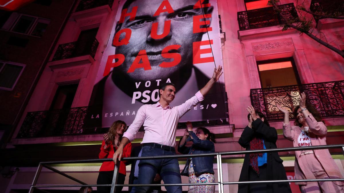 Pedro Sánchez saludant a militants i simpatitzants davant la seu de Ferraz la nit electoral del 28 d'abril del 2019