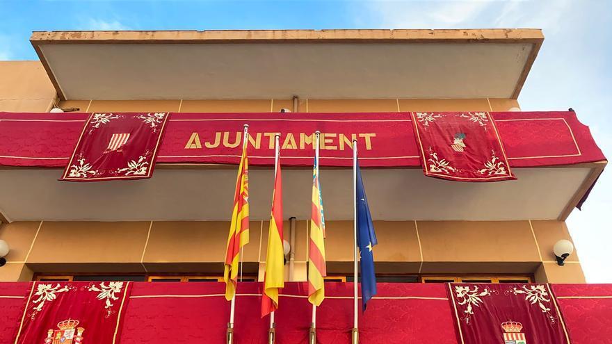 El Ayuntamiento de El Campello engalana su fachada para las fiestas patronales