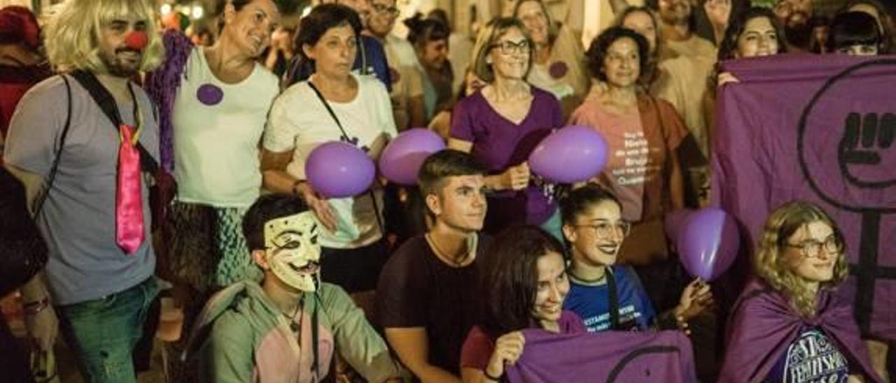 Algunos de los asistentes con prendas violeta.