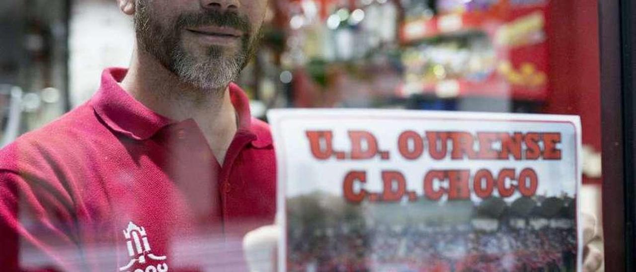 Modesto García, ayer, pegando el cartel del partido del domingo contra el Choco. // Brais Lorenzo