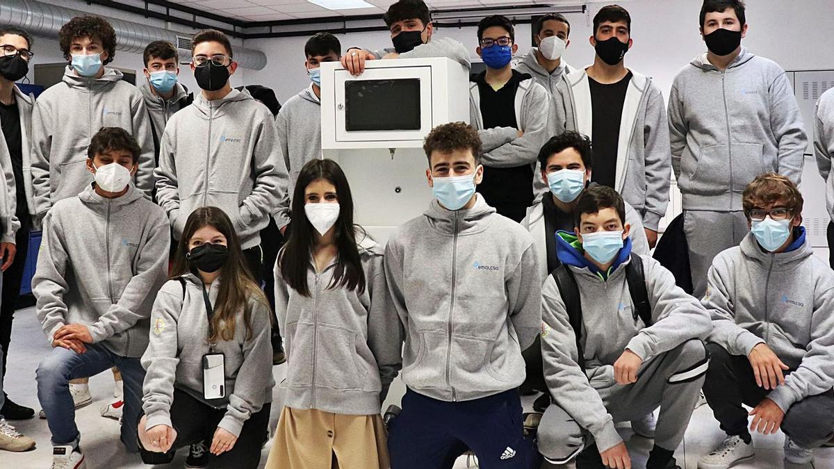 Estudiantes de FP de la Laboral que construyeron las fuentes inteligentes, en un proyecto premiado por la Xunta.   | // L.O.