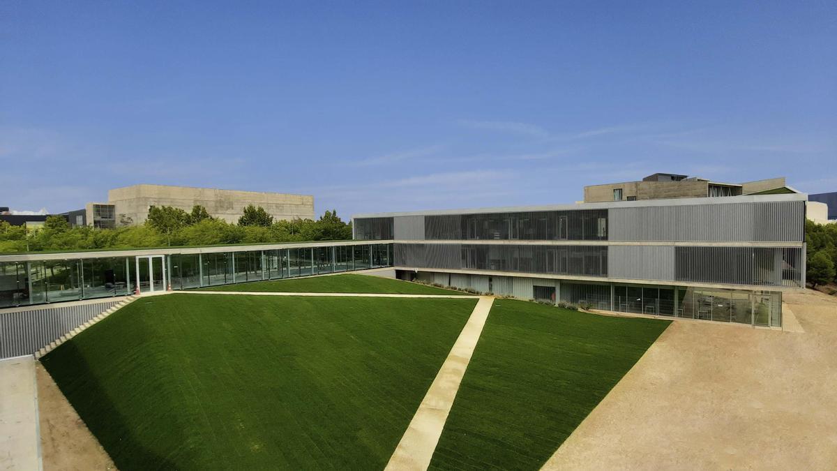 Acceso al nuevo edificio de la Universidad San Jorge.