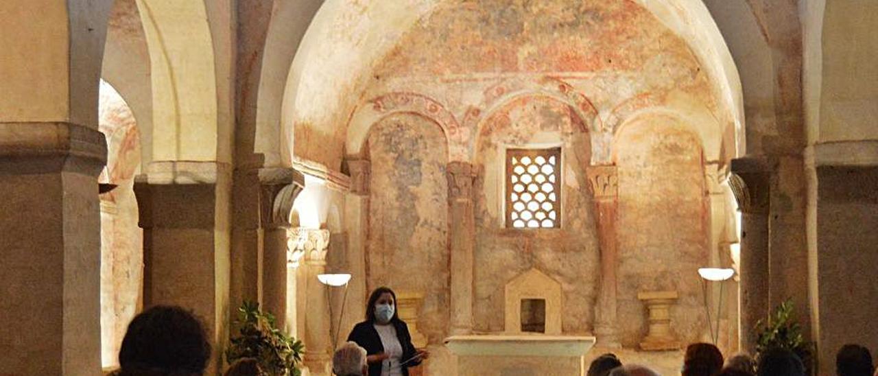 La guía, durante las explicaciones en el interior del templo.   O. P.