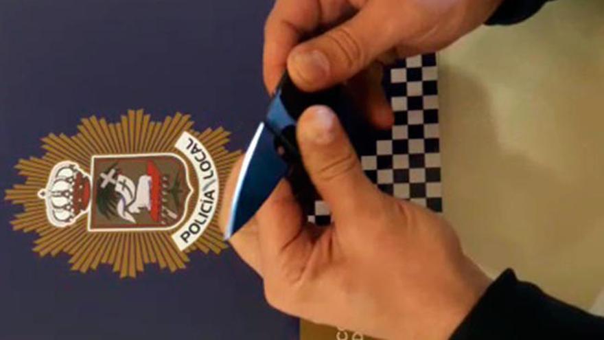 La Policía Local de Poio interviene una navaja a un hombre que la escondía en su cartera con apariencia de tarjeta
