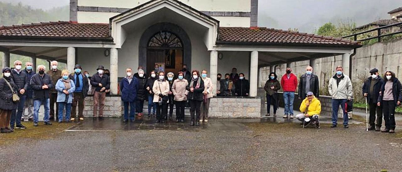 Feligreses de Cortes, ayer, ante la iglesia| R. F. O.