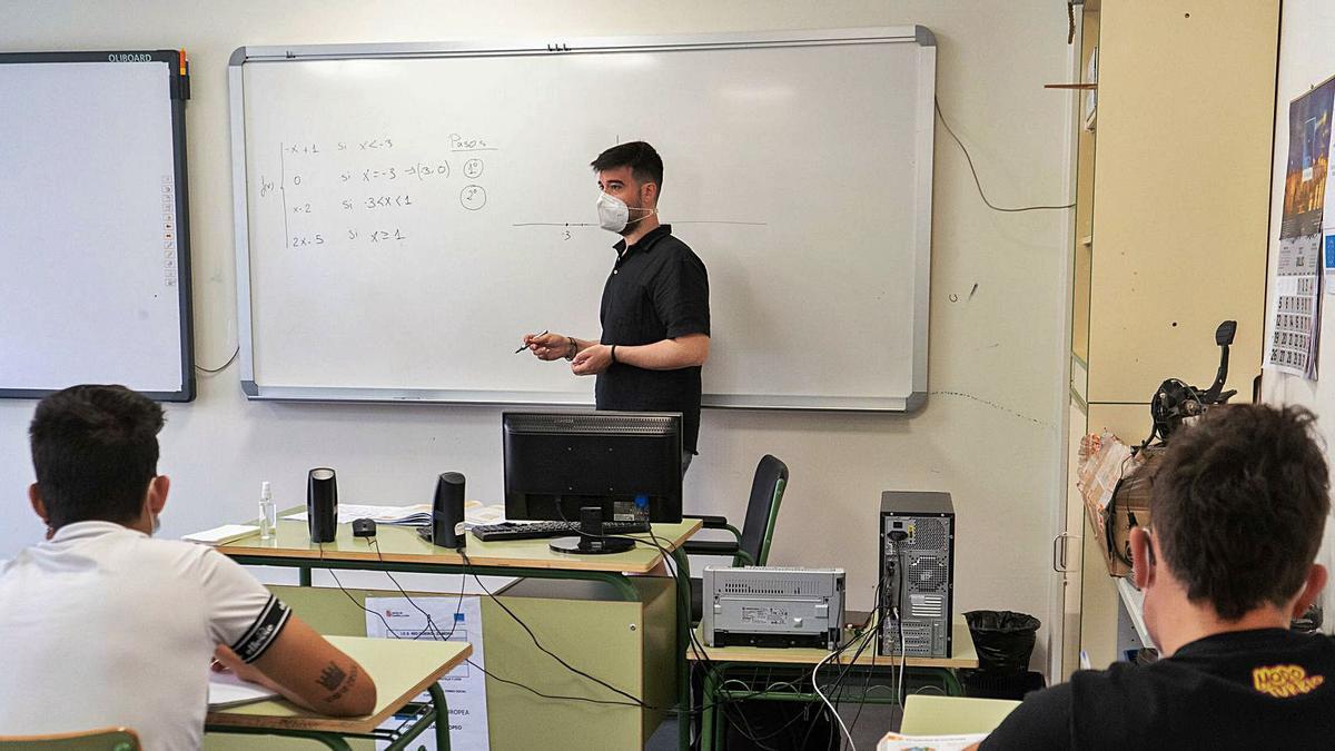 El profesor José Barrio Castro imparte clases de apoyo de matemáticas en el IES Río Duero.