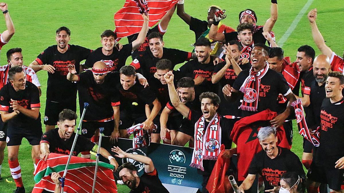 La plantilla del Zamora CF celebra su ascenso a Segunda División B, categoría en la que ya conoce a que rivales se medirá.   J. L. F.