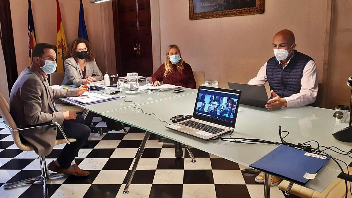 La presidenta Catalina Cladera y el conseller Iván Sevillano durante la reunión de ayer.