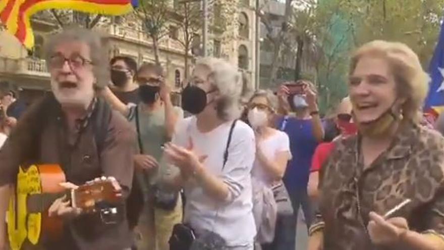 El vídeo viral de Pilar Rahola cantando el Bella Ciao tras la detención de Puigdemont