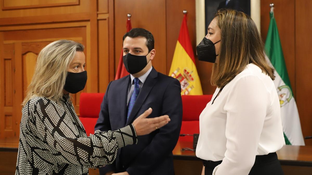 Isabel Albás, José María Bellido y María Luisa Gómez Calero, en la presentación de la nueva concejala ante los medios.