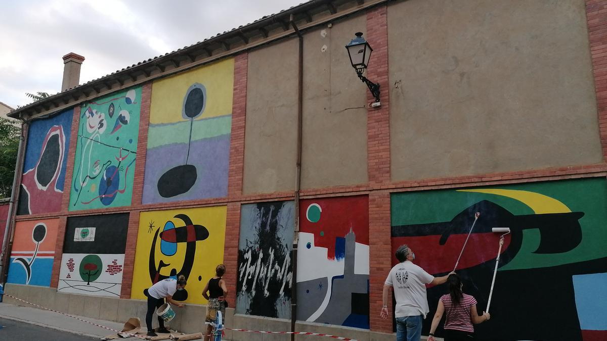 Miembros de TAU recuperan los murales de Victoriana de Villachica en la campaña celebrada en 2020