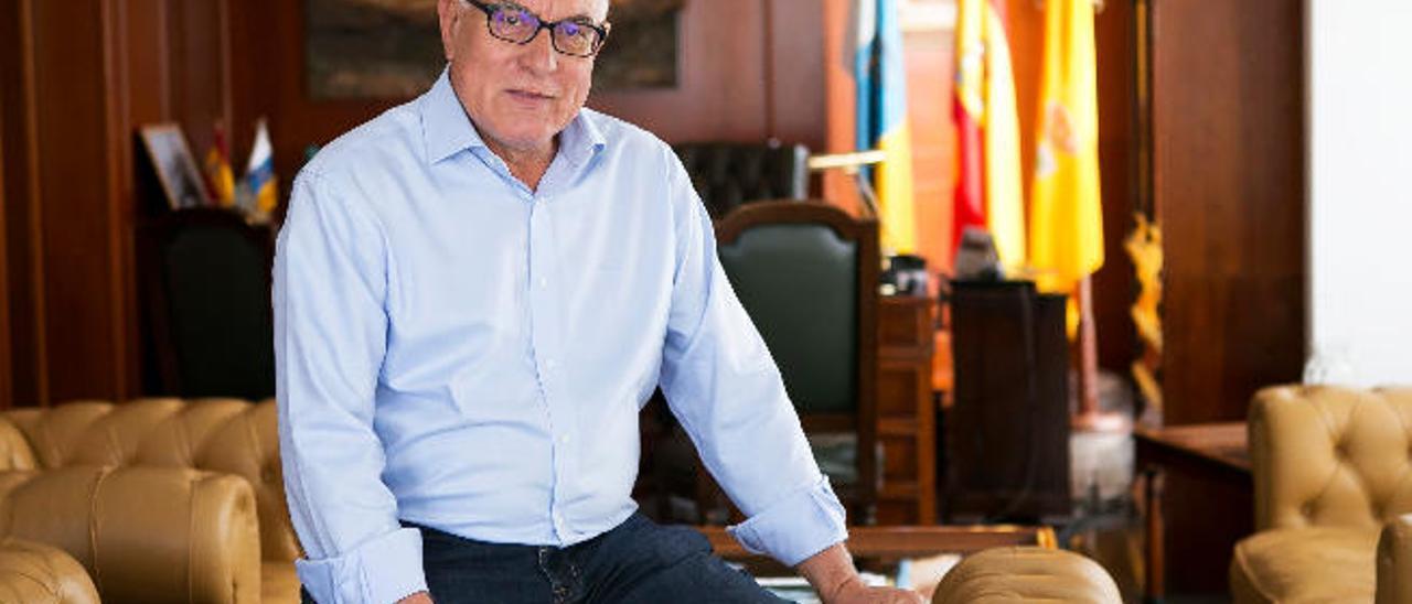 El alcalde de La Oliva, Pedro Amador, en su despacho oficial durante la realización de la entrevista.