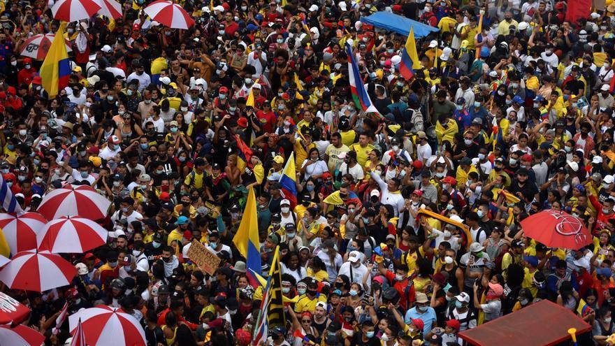 Una turba pega fuego al Palacio de Justicia de una ciudad colombiana