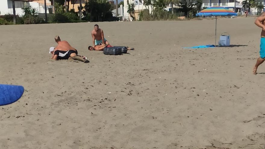 Dos policías fuera de servicio detienen a dos narcos en una playa de Estepona