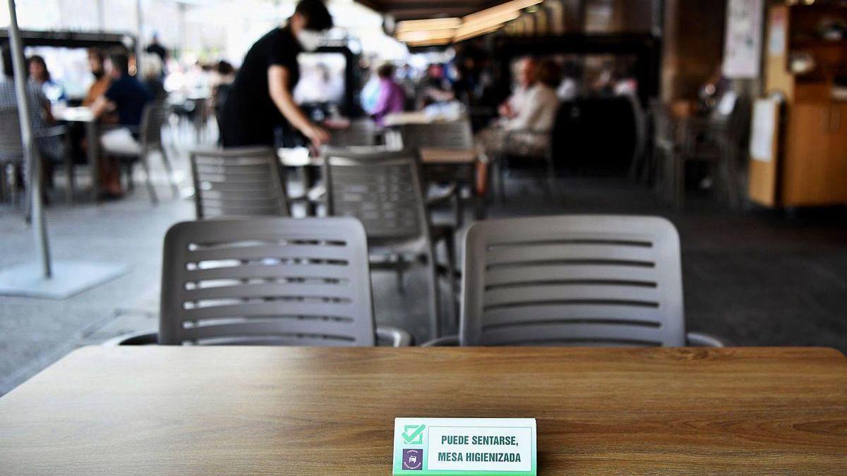 Cartel en una terraza de A Coruña.