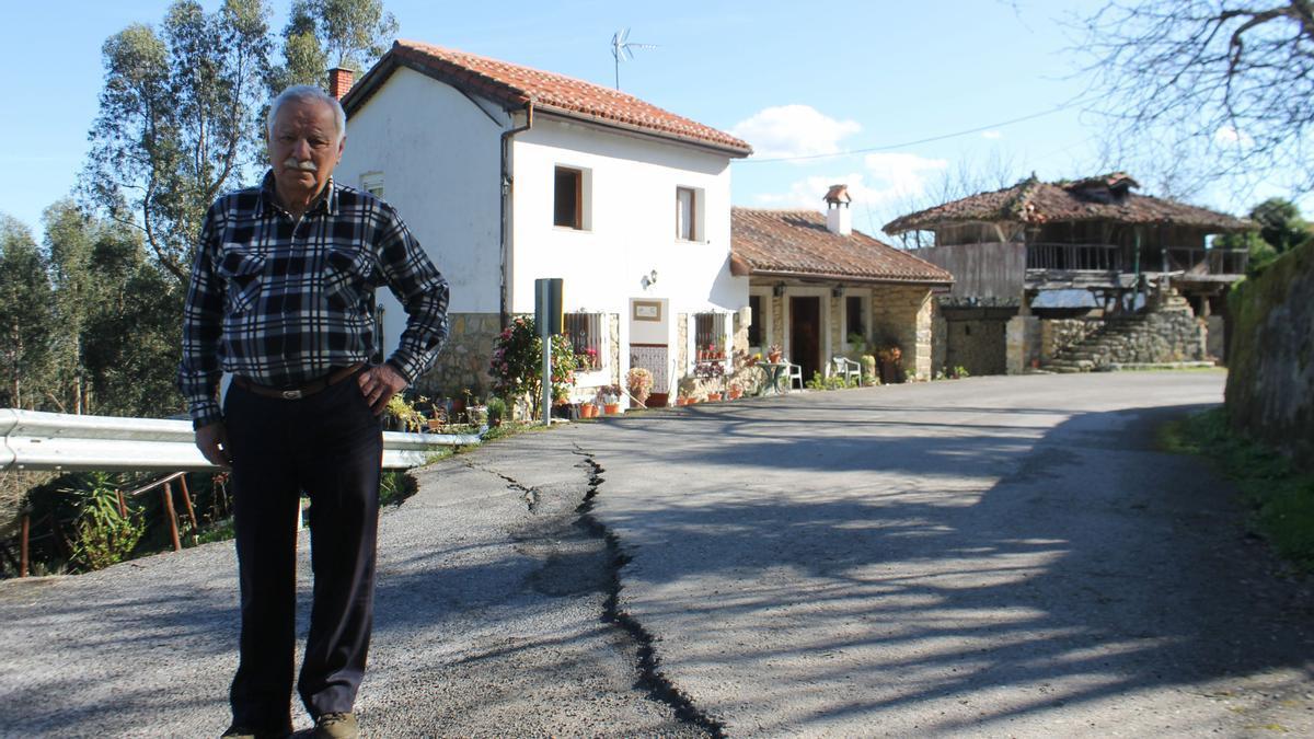 Fernando Menéndez Arango, junto al hundimiento de la carretera y, al fondo, su casa en Los Cabos.   S. Arias