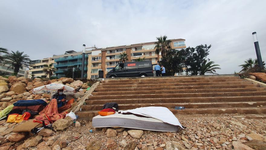 Hallan el cuerpo sin vida de un indigente de 28 años en el paseo de Punta Margallo de Torrevieja