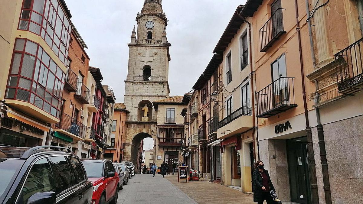 Vecinos pasean por la Puerta del Mercado, en la que el corte del servicio afectó ayer a varios negocios. | M. J. C.