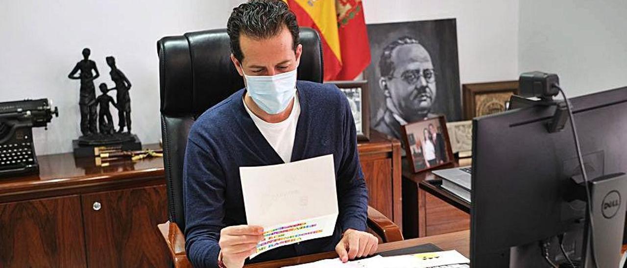 El alcalde Rubén Alfaro lee las cartas de los escolares.
