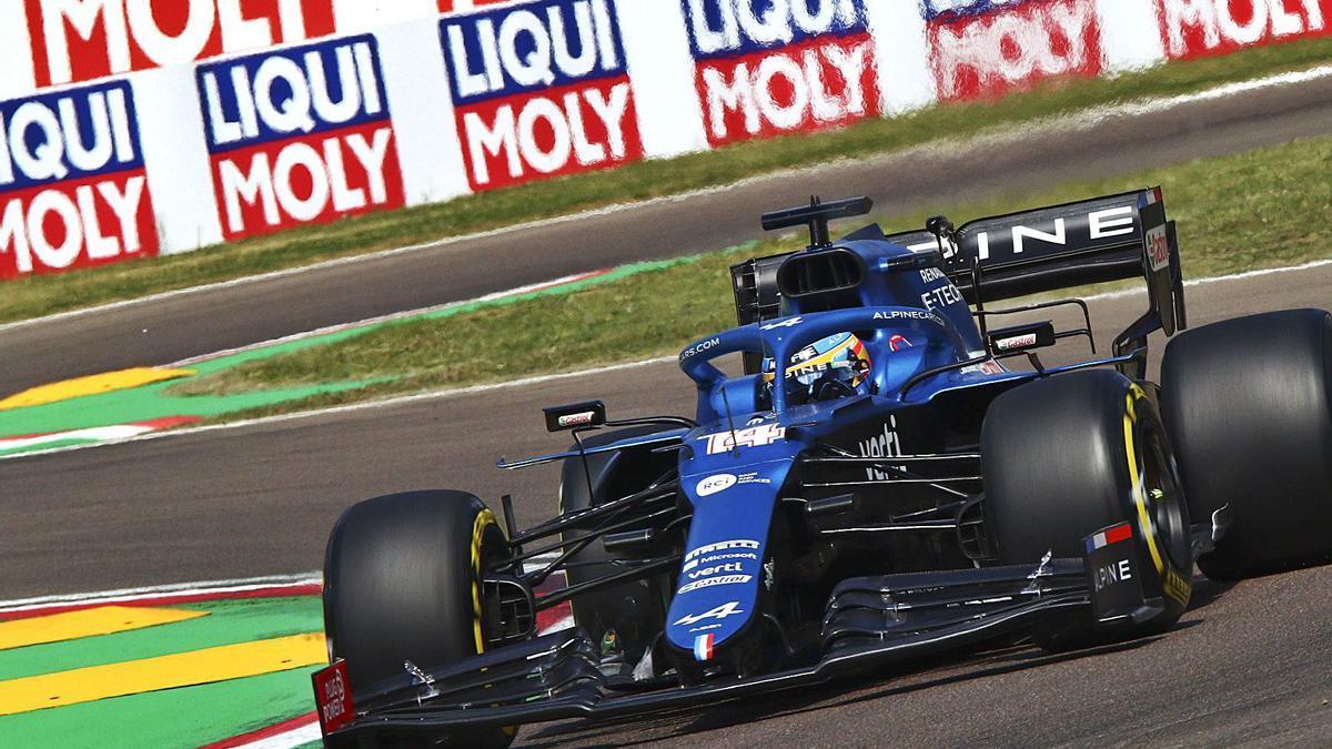 Fernando Alonso, rodando ayer  en Imola.      EFE