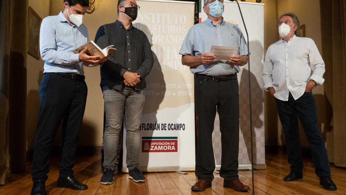 Presentaciómn del libro de José Lorenzo, a la derecha de la imagen