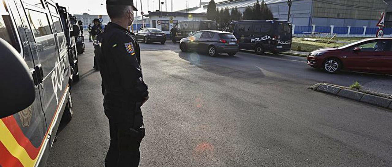 Agentes de la Policía Nacional, en la entrada de Alu Ibérica.
