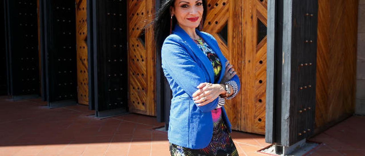 La soprano Davinia Rodríguez en las puertas del Auditorio Alfredo Kraus.
