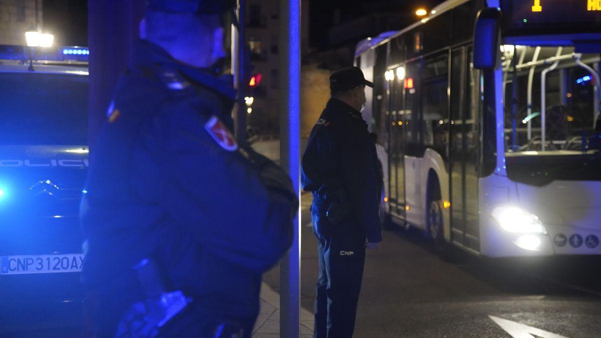La Policía controla una parada de autobús urbano.
