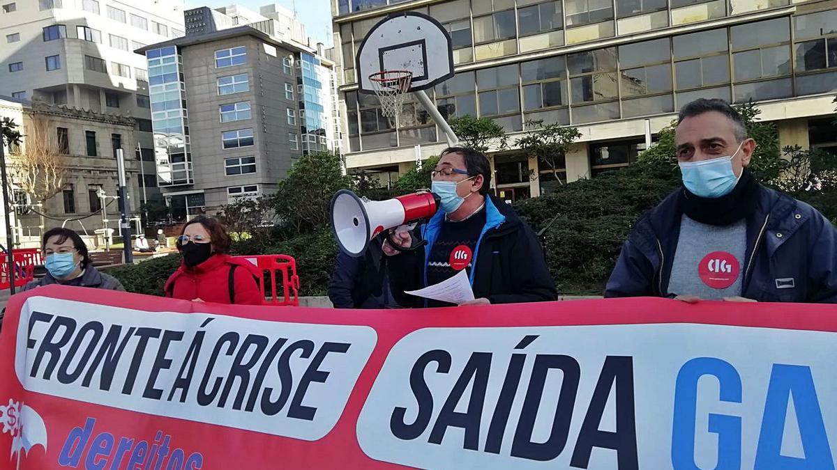 Concentración de la CIG en defensa de una salida laboral justa a la crisis, este mes en A Coruña. |   // L.O.