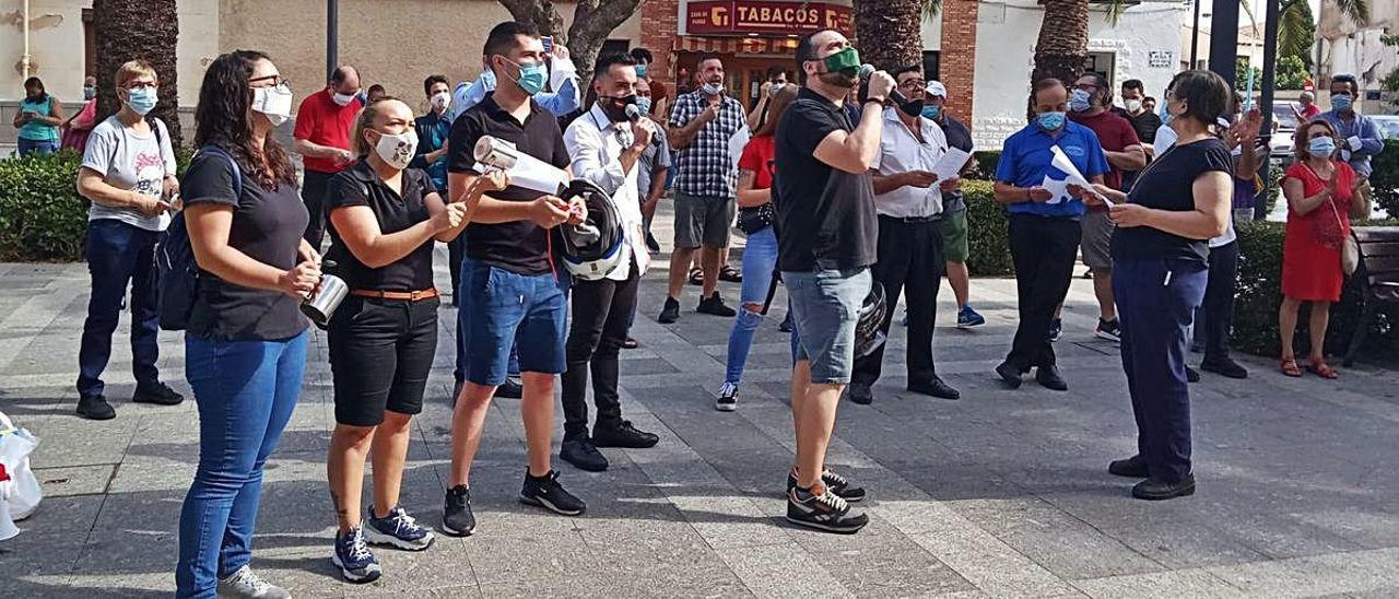 Medio centenar de hosteleros se dieron cita ayer ante el Ayuntamiento para protestar.