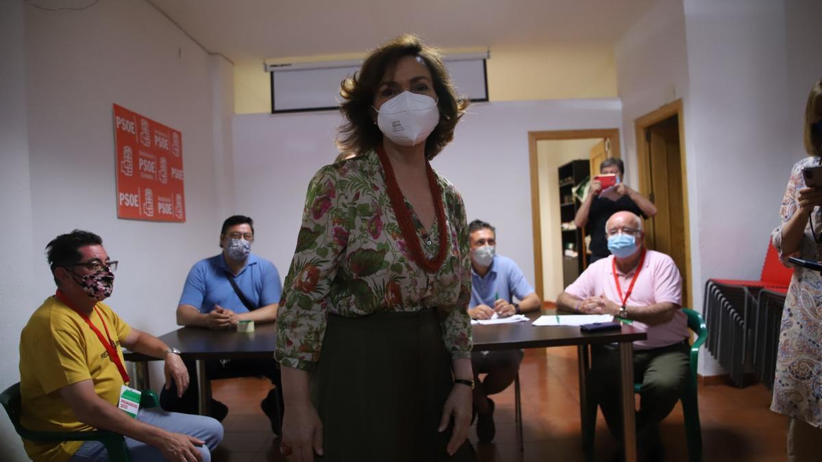 La vicepresidenta Carmen Calvo después de votar en Córdoba a las primarias del PSOE andaluz.